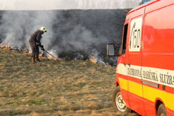 Vypaľovanie často končí zásahom hasičov.