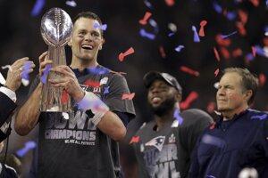Tom Brady si berie do rúk Lombardiho trofej.