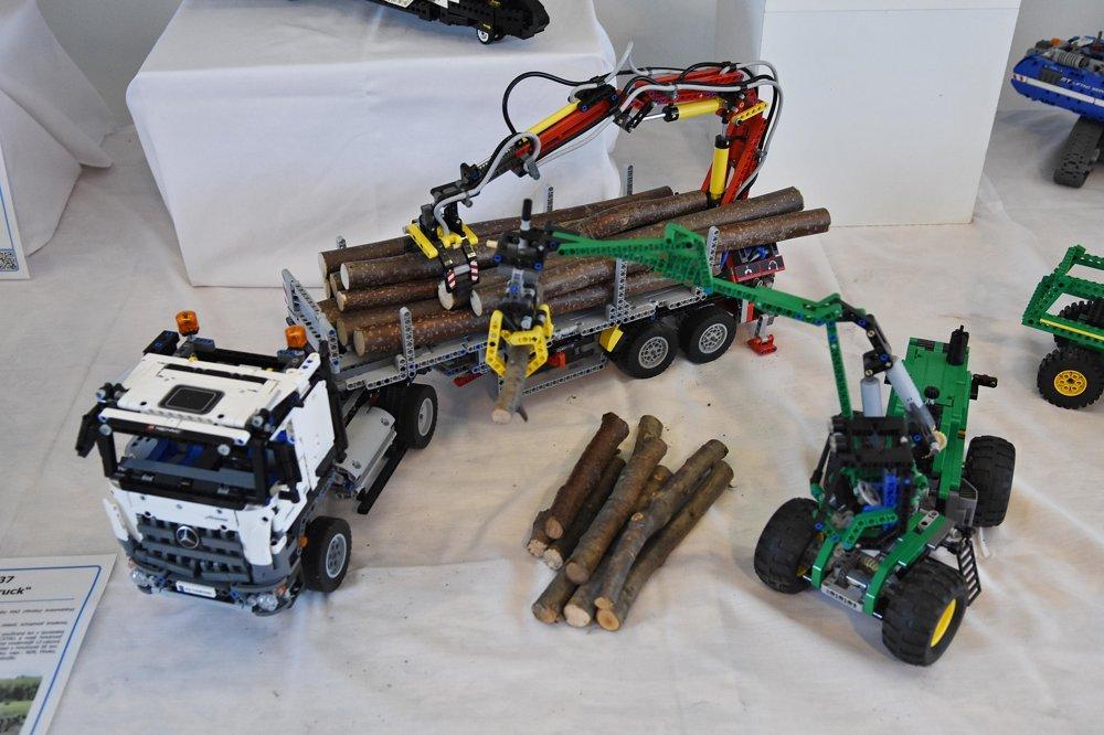 Kamión s návesom a lesný kolesový traktor.
