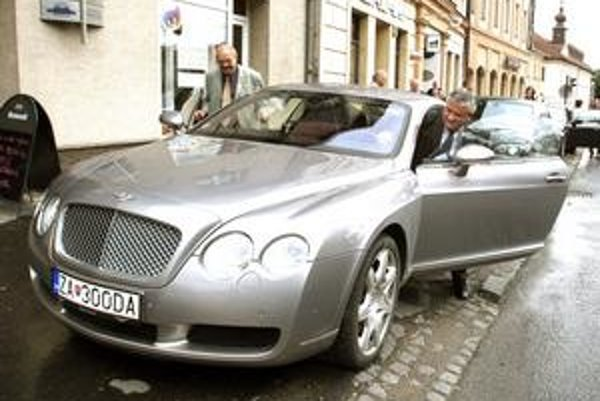 Ján Slota sa vozil aj na luxusnom Bentley. Pôvod svojho majetku vysvetľovať nemusí.