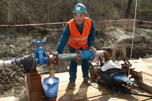 Vodu z nového zdroja pustil vŕtač Stanislav Kuna.