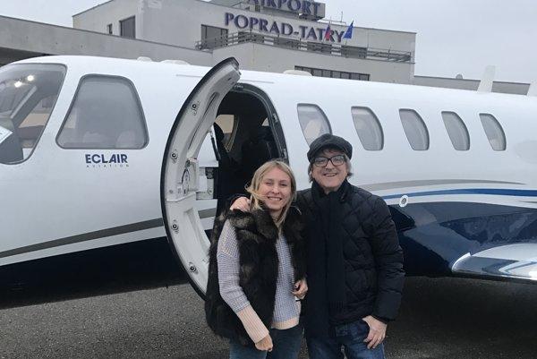Na popradskom letisku. Mira s manželkou Katkou priviezol súkromný tryskáč.