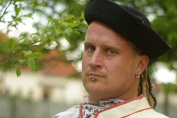 Narodil sa 1. apríla 1974 v Košiciach. Zmaturoval na gymnáziu, následne založil Slobodu zvierat (1992), ktorej šéfoval osem rokov. Ešte počas tohto obdobia (1997) zakladal OZ Ľudia proti rasizmu, od roku 2000 do 2005 v ňom bol šéfom. Po odchode pracoval a