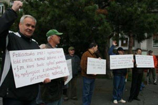 Invalidní baníci prišli na protest s transparentmi.