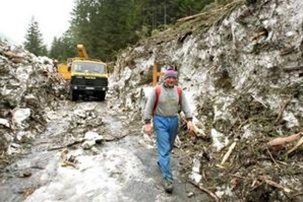 Časť cesty na Žiarsku chatu lemujú doteraz niekoľko metrov vysoké steny zo snehu a polámaných stromov.