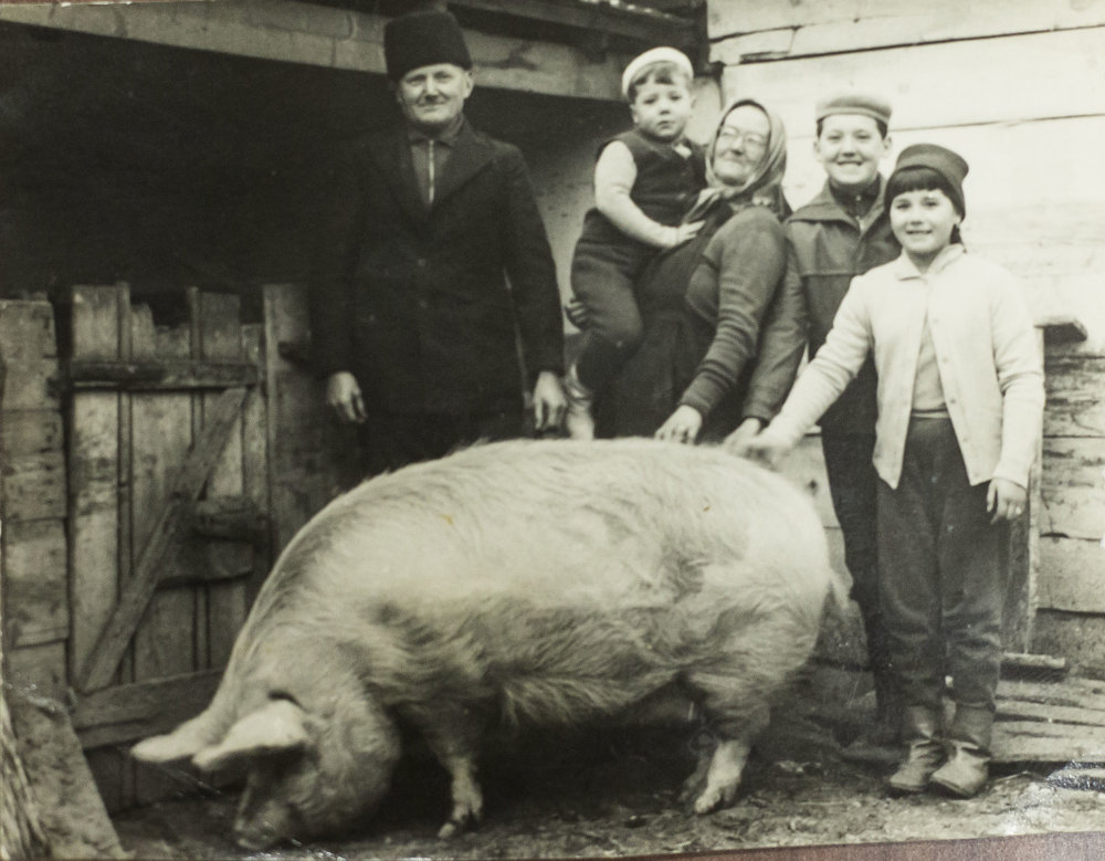 Ondrejov pradedo Michal s rodinou na dolnej zemi.