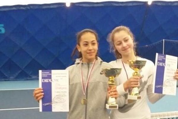 Mia Chudejová (vľavo) so svojou tenisovou partnerkou.