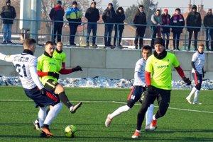 V bielych dresoch zľava Karlík, Kostadinov a Orávik. Snímka je z nedávneho zápasu proti Seredi.
