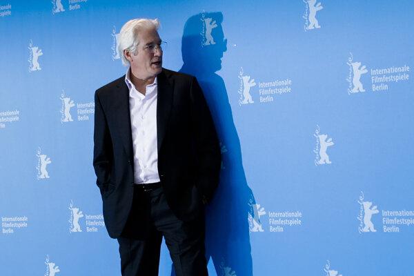 Richard Gere pózuje pred fotografmi na berlínskom filmovom festivale.
