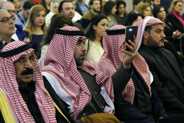 Účastníci tlačovej konferencie, na ktorej Luaj Husajn predstavil novú stranu.