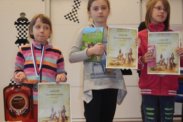 Medailistky do 11 rokov. Zľava: Mária Kovaříková, Magdalénka Mrmusová, Silvia Šamajová.