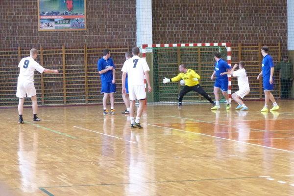 Úvodný gól Gabriela Trubirohu z Altrasu v zápase Alcatras - Štramáci.