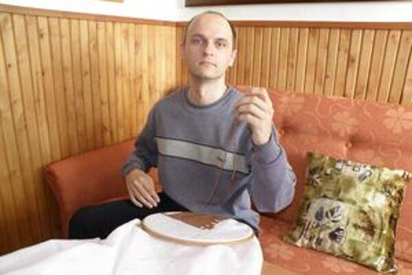 Martin Klince denne sa venuje niekoľko hodín vyšívaniu.