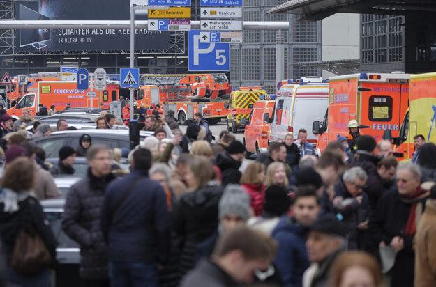 Kvôli uzavretiu letiska, počas ktorého museli stovky ľudí čakať v mrazivom počasí pred terminálmi, boli podľa DPA niektoré lety presmerované na iné letiská.