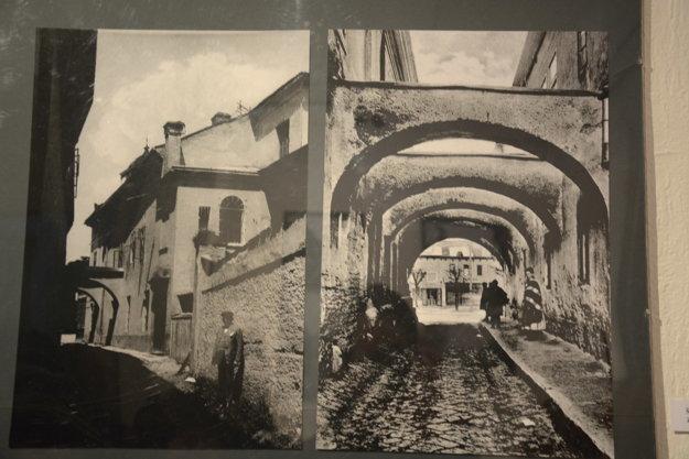 Historická fotografia na výstave. Málokto si už dnes pamätá, že takto vyzeral vstup na Námestie baníkov zvýchodnej strany.