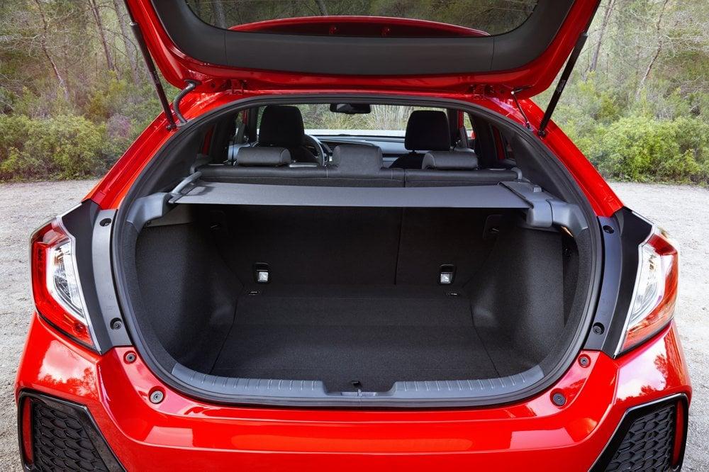 Netradične je riešená roleta v kufri. Naťahuje sa zľava doprava.