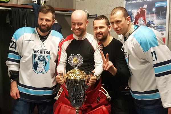 S víťazným pohárom - zľava Tomáš Chrenko, Stanislav Petrík, Jaroslav Jacko a Miroslav Kováčik.