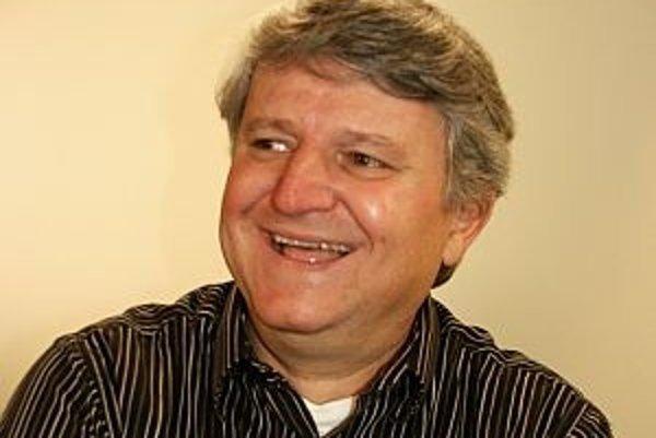 Narodil sa v roku 1955 v Bratislave. Vyštudoval Vysokú školu ekonomickú. Odmalička hral na husliach. V štrnástich rokoch sa s Vašom Patejdlom podieľal na založení skupiny Elán, do ktorej pritiahol aj lídra Joža Ráža. Na gitare v nej hral až do prelomu rok