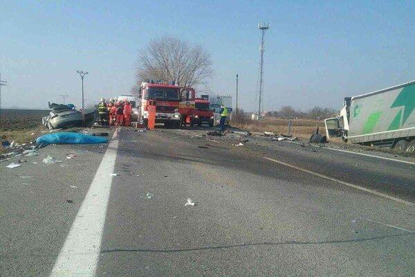 Pri nehode sa zrazili dve osobné autá s kamiónom.