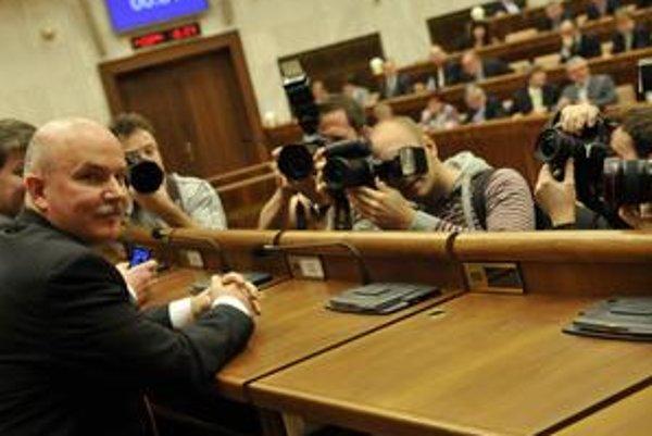 Osud ministra výstaby Janušeka závisí od kontrol NKÚ a ÚVO. Tá prvá asi nedopadla v jeho prospech. Slota je nervózny.