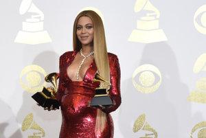 Od oznámenia tehotenstva sa Beyoncé objavila na verejnosti prvýkrát a rozhodne svoje bruško nezahaľovala. Vystriedala niekoľko outfitov a vo všetkých ukázala, ako sa teší na rolu mamy. Spokojnosť a radosť z nej vyžarovali.