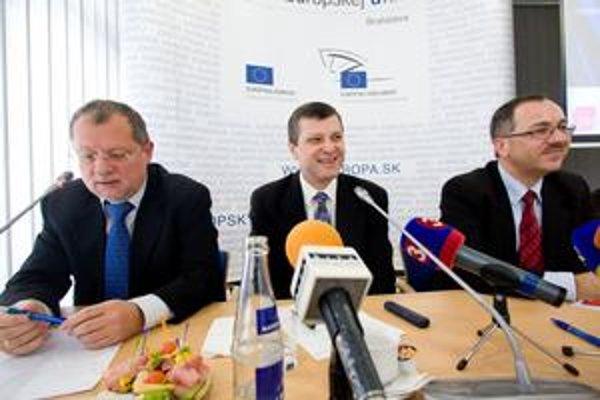 Europoslanci Sergej Kozlík, Peter Šťastný a Vladimír Maňka (zľava) si sadli za jeden stôl, aby občanom Slovenska pripomenuli, kto háji ich záujmy v Európskom parlamente. Všetci by v tejto inštitúcii chceli pracovať aj naďalej.