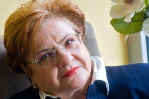 Narodila sa v roku 1944 v Bratislave. Vyštudovala VŠMU, ukončila postgraduál z réžie a z vysokoškolskej pedagogiky. Absolvovala špecializované kurzy psychológie správania. Bola divadelnou herečkou (Divadlo JGT vo Zvolene, VUS, Štátne divadlo v Košiciach),