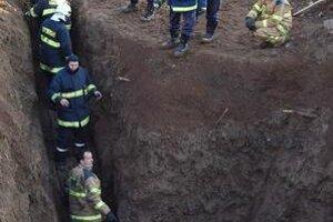 Dvoch mužov v potrubí sa snažili zachrániť desiatky hasičov a špeciálni potápači.