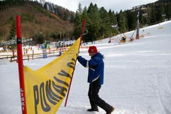 Pomaly. Upozornenie pre lyžiarov na svahu.