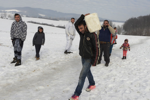 Rómovia v obci Červenica v okrese Prešov, ktorí bývajú v sociálnych bytoch, si nosia vodu zo vzdialeného prameňa z lesa.