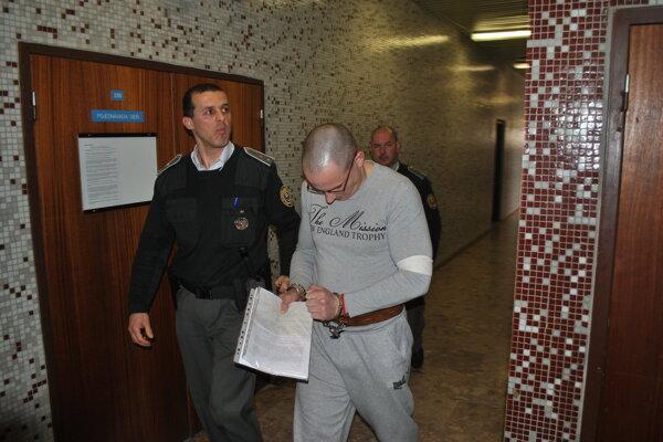 Peter s eskortou. Po väzení v Česku netúži.