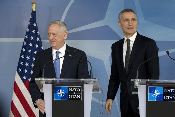 Nový americký minister obrany James Mattis (vľavo) a šéf NATO Jens Stoltenberg.