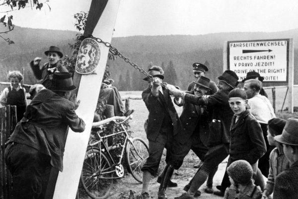 Odstraňovanie hraničných stĺpov medzi Nemeckom a Československom po Mníchove.