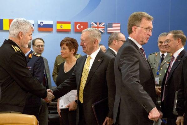 Predseda Vojenského výboru Petr Pavel(vľavo) trasie rukou americkému ministorvi obrany Jimovi Mattisovi počas zasadnutia v sídle NATO v Bruseli.