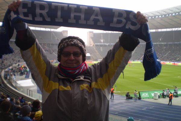 Eva Osvaldová na tribúne Olympijského štadióna vBerlíne so šálom Herty.