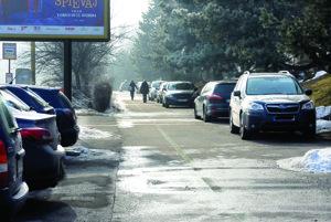 Parkovanie áut. Parkovísk je málo. Vozidlá stále častejšie zaberajú aj chodníky.