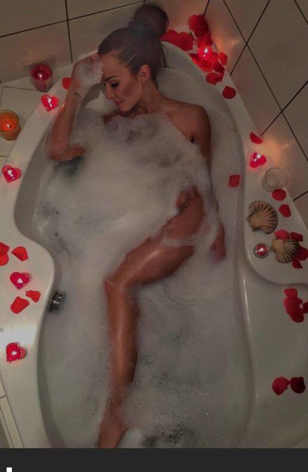 Zmyselný kúpeľ. Lucia Mokráňová známa najmä z reality šou Farma na Valentína takto potešila svojich fanúšikov. Zmyselná póza vo vani plnej peny nedala spávať najmä pánom. Sexica, ktorá nemá problém aj s pikantnejšími fotografiami jednoducho vie ako zaujať.