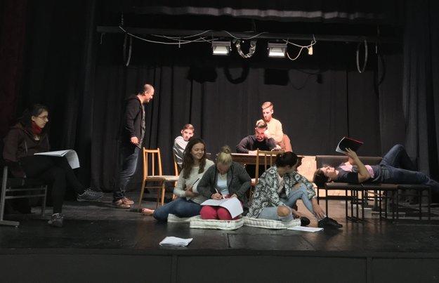 Herci a tvorcovia počas skúšky v Dome Matice slovenskej.