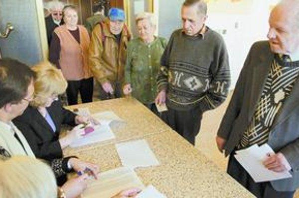 V prvom kole neprišla ani polovica voličov, ale v nitrianskom domove dôchodcov ľudia volili ochotne.