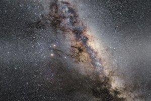 Stred Mliečnej dráhy zahalený v zodiakálnom svetle, ktoré vzniká pri prechode slnečného svetla cez kozmický prach v okolí súhvezdí zvieratníka.
