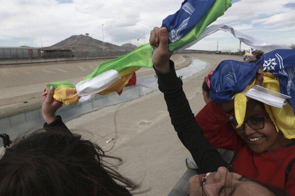 Protestujúci držali v rukách farebné tkaniny a mávali nimi obyvateľom susedného mesta El Paso.