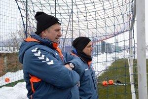 Trénerská dvojica FK Senica Miroslav Mentel (vľavo) a Michal Ščasný.