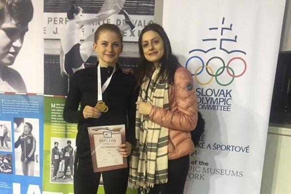 Nikola Štefundová (vľavo) so zlatou medailou.