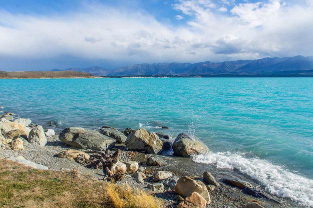 Jazero Pukaki na Novom Zélande má neuveriteľne modrú farbu.
