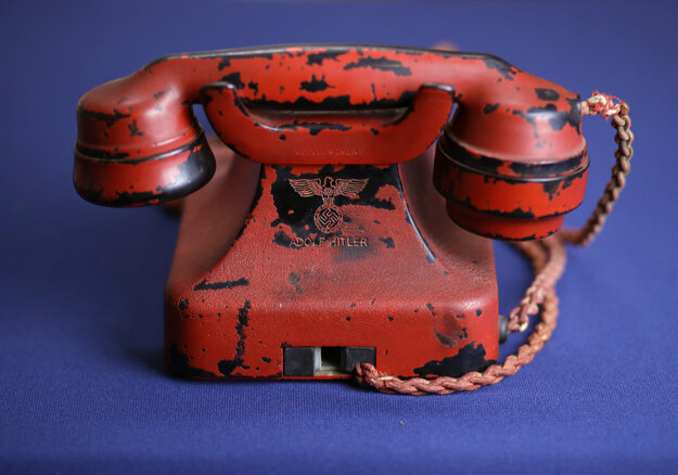 Telefón prefarbili na červeno.