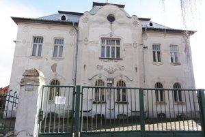 Budova bývalého Červeného kríža sa už mala rekonštruovať vroku 2014. Mesto však zprojektu vycúvalo aj kvôli časovej tiesni.