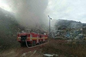 Skládka v Rakoviciach horí od nedele.