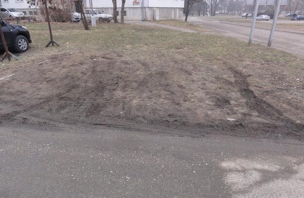 Rozjazdený trávnik od áut je vdezolátnom stave.