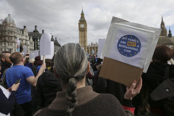 Tisícky ľudí pochodovali v britských mestách.