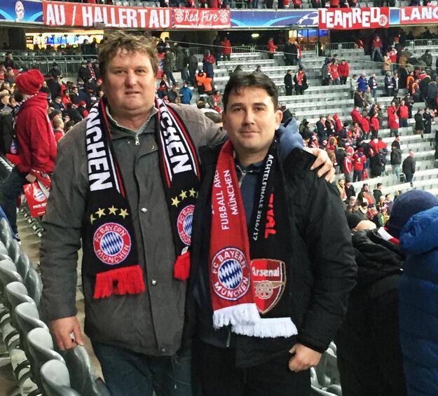 Hosťovčania fandili Bayernu - šály sú toho dôkazom.